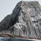 🌏福岡県糸島市 📍芥屋の大門 📆2021年3月  なんで岩がこんな形になるのか不思議すぎた場所!六角形の柱が蜂の巣みたいに集まった形になっていて、柱状節理というらしい🤔  この日は少し風が強かったけど、遊覧船で洞窟の中まで入れてもらえました☺️