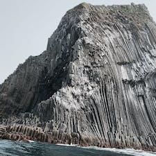 🌏福岡県糸島市 📍芥屋の大門  なんで岩がこんな形になるのか不思議すぎた 六角形の柱が蜂の巣みたいに集まった形になっていて、柱状節理というらしい  この日は少し風が強かったけど、遊覧船で洞窟の中まで入れてもらえて迫力凄かったなあ