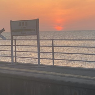 JR青海川駅  日本海に一番近い駅と言う事ですが、今迄そんな事知らずに何度も此の駅は通過して居ました。  それで、2021年4月2日福島県は三春へ行く途中にバイクで立ち寄りました。 ここ青海川駅は日本海に最も近い駅。海水浴場も狭い浜で、日本海の白波が駅にも届きそうな駅です。ホームからの眺望もさることながら、駅を取り囲む崖の上から見下ろす日本海もまた格別。駅から歩く事なく景観が楽しめる駅です。  #サント船長の写真