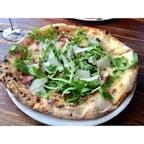 オクスナード(カリフォルニア)  ビーチから、車で15分位くらいの市街にあるモール(The Collection at Riverpark)の、セッテベッロ・ピッツェリア・ナポレターナ(Settebello Pizzeria Napoletana)にて。真のナポリピッツァ協会(VPN America's)加盟店。  プロシュート、ルコラ、パルミジャーノ・レッジャーノ・チーズがのった、薪窯で焼かれたシンプルなピッツァを、ほのかにオレンジ・ブラッサムを感じるリースリングと一緒に。  オープン・エアのモールは飲食店以外のお店も充実。Whole Foods Marketや、あらゆる形や用途の容器が売られているThe Container Storeなど、ぐるっと一周するだけでも半日くらいあっという間に過ぎてしまう。  #oxnard #california #pizzeria