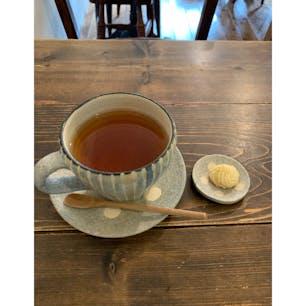 カフェオチコチ 薬院駅から程近くにある静かな住宅街にあるコーヒーが美味しいお店。 そこで国産紅茶のホットをいただく。
