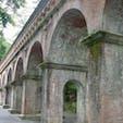 水路閣 (南禅寺)  琵琶湖疏水の分線(蹴上以北)にある水路橋で1888年(明治21)完成。南禅寺境内を通過するため、周辺の景観に配慮して田辺朔郎が設計、デザインした。全長93.2メートル(幅4メートル、高9メートル)レンガ、花崗岩造り、アーチ型橋脚の風格ある構造物で、静かな東山の風景にとけこんでいる。市指定史跡。  #サント船長の写真 #京都