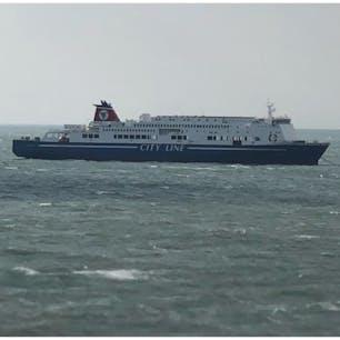 きたきゅしゅうⅡ入港の為 新門司港沖で停泊する ふくおかⅡ