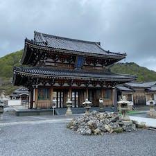 霊場恐山(むつ市,青森県) 日本三大霊場の1つとして知られている恐山。今年1月訪問の高野山に続き、訪問しました。  曇天がかえって、三途の川から続く霊場の入り口を、おどろおどろしく演出しているかのよう。  霊場内、賽の河原に向かう途中には風車、積み石が際立って目に入りました。 人はあの世に旅立つと、自分以外の人が生きた証を決して触るわけではなく、しかし気づかないこともなく、どこかあてもなく歩いていくものなのかなぁと感じました。