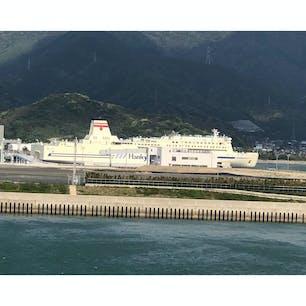 先に新門司港に入港する阪九フェリー
