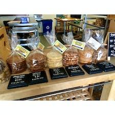カユーコス(カリフォルニア)  ブラウンバター・クッキー・カンパニー(Brown Butter Cookie Company)にて。  ピーナッツ・バターとスニッカー・ドゥードゥル(シナモンシュガー)をチョイス。  #cayucos #california #cookie