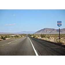 インターステート15号線(カリフォルニア)  西海岸からラスベガス方面へ向かって、州間高速道路I-15を北へひた走る。  ヴィクターヴィルを抜けてバーストウの街へ入る途中。しばらく荒涼とした景色が広がる。  #interstate15 #california #northbound