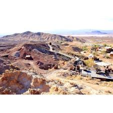 """ヤーモ(カリフォルニア)  1881年頃から操業していた古い西部の銀の採鉱地跡、カリコ・ゴーストタウン(Calico Ghost Town Regional Park)。  鉱山の中腹から見下ろした俯瞰風景。バーストウからラスベガス方面へ向かう途中のI-15沿い、カリフォルニア州の内陸寄りに位置する。  銀の価値の暴落と共に1890年代の半ばに閉山。かつて多くの鉱夫たちの生活を潤した街は喧騒を失い、""""ゴーストタウン""""になった。  ナッツベリー・ファーム(スヌーピーの公式テーマパーク)の創始者、ウォルター・ナット氏が1950年代にカリコを買収。敷地内を全て修復した際、以前の風景に見えるよう主要な建物を1880年代風に仕上げた。  アメリカ合衆国国定歴史建造物で、2005年には当時のカリフォルニア州知事アーノルド・シュワルツネッガー氏によって、州のシルバー・ラッシュ・ゴーストタウンに公式認定されている。  歴史を偲びながらの散策や汽車で巡ることができる他、雑貨店やレストランが併設されている。キャンプやハイキング、オフロード走行などもできるよう。  #calicoghosttown #yermo #california"""