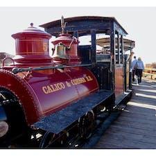 ヤーモ(カリフォルニア)  1880年代に栄えた銀の採鉱地跡、カリコ・ゴーストタウン(Calico Ghost Town Regional Park)。  アメリカ合衆国国定歴史建造物、及びカリフォルニア州のシルバー・ラッシュ・ゴーストタウンに公式認定されている。  かつての坑道を歩いたり、敷地内を汽車で観て回れる。  #calicoghosttown #yermo #california
