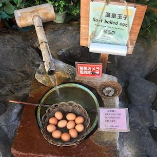 宿の前で温泉玉子売ってます。