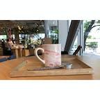 ランチにドリンクをつけた。ピンクのマーブルのマグカップが可愛い。神楽坂のアコメヤにて。