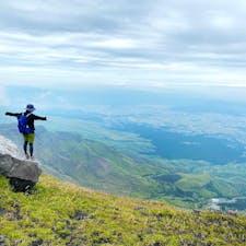 百名山『阿蘇山』の中岳、高岳登山の写真です! 阿蘇山上広場からスタートして砂千里ヶ浜、中岳、高岳と登ってきました。 砂千里ヶ浜を抜けた先の岩場が1番の山場でしたがここを登った後の景色はとても素晴らしい景色が広がっていました。  YouTubeでは夫婦で楽しく登っている時の様子をアップしています。 チャンネル名『楽しいアウトドア』   #登山 #百名山 #阿蘇 #阿蘇山 #熊本 #日本百名山 #阿蘇五岳 #山 #阿蘇登山