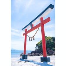 桜島近くの垂水フェリーから20分ほどにある菅原神社。晴天にも恵まれて鳥居のすぐ後ろにある海と青空とで映えてる。初鹿児島旅行!