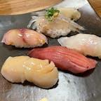 茨城県大洗町 ちゅう心  予約必須の人気店 魚屋さんに併設の海鮮料理屋 鮨から洋風な物まで品数多く悩む 常連さんはカウンターでおすすめを 注文してる模様  おすし入りのプチコース  (前菜、お造り、一品、鮨5貫、デザート)