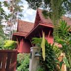 ジムトンプソンの家 タイシルクを売り出し成功したアメリカ人の趣味の家 タイの古民家を改造して作られた館内にはジムトンプソンが集めたアジアの美術品、工芸品、仏像が飾られているが館内撮影禁止。 中国の慶徳鎮的な古美術品もあり、好きな人には見応えあり。蚊がいるので虫除けは必須。 レストランは2021年3月で閉店 カフェになる予定。