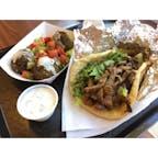 アロヨ・グランデ(カリフォルニア)  イラン人のファミリーが経営している地中海料理のカフェ・レストラン、Jaffa Cafe(ジャファ・カフェ)でランチ。  ボリュームたっぷりのラム肉のシャワルマ・ラップサンドに、ファラフェル(ひよこ豆のコロッケ)とザジーキ(ギリシャ・ヨーグルトのソース)。デザートにはバクラバとトルコ・コーヒーを。  #arroyogrande #california #mediterraneanfood
