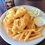 モロベイ(カリフォルニア)  カラッと揚がったフィッシュ・アンド・チップスに、たっぷりのモルト・ビネガーをかけて。一緒に付いて来るタルタルソースも、コクがあって良い味変に。  ウォーターフロントのダイニング、ベイサイド・カフェ(Bayside Cafe)にて。  #morrobay #california #fishandchips #baysidecafe