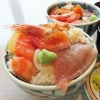 函館「二番館」の海鮮丼。8点盛りの丼にシジミの味噌汁とお新香が付いて、500円。味も量も大満足でした。2021.05.30