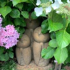 紫陽花の中に良縁地蔵 鎌倉の観光案内のパンフレットにも使われていました。