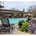 オクスナード(カリフォルニア)  L.A.から車で1時間くらいのマンダレイ・ビーチに建つ、エンバシー・スイーツ・ホテル(Embassy Suites by Hilton Mandalay Beach Hotel & Resort)のテラスのプール。  スタッコ仕上げの白壁とテラコッタの瓦屋根のスパニッシュ・コロニアル・リバイバル様式で外観もインテリアも統一されていて、落ち着いた雰囲気が寛げる。  #oxnard #california #hilton #mandalaybeach