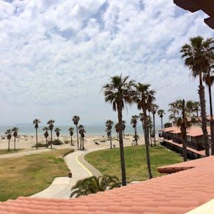 オクスナード(カリフォルニア)  マンダレイ・ビーチを臨むエンバシー・スイーツ・ホテル(Embassy Suites by Hilton Mandalay Beach Hotel & Resort)の、2階の部屋からの眺め。  早朝、コーヒーを片手に静かなプライベート・ビーチを歩いていたら、2頭のイルカが並んで横切って行く姿に遭遇してラッキーな気分に。  沖合いに霞んで見えるのは、アメリカのガラパゴス諸島と呼ばれるチャンネル諸島。  #oxnard #california #hilton #channelislands #mandalaybeach