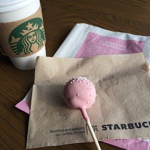 サンタバーバラ(カリフォルニア)  ダウンタウンのスタバ(Starbucks Coffee Company)にて。  優しい味わいのベランダ・ブレンドに、一口甘いものが食べたい時にちょうどいいケーキポップ(Cake pops)を。  スポンジケーキを細かくほぐして、フロスティング(アイシング)を少量加えてしっとりするまで混ぜ、丸めてチョコレートでコーティングしたもの。  #santabarbara #california #starbucks #cakepops
