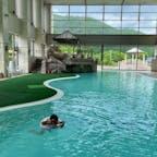 ホテル志戸平。  チェックイン前でも入れるホテルのプールで一泳ぎ。  温泉はたくさんあって楽しめます。調べたら2つの源泉、17種類。  キッズスペースのあるブッフェや家族風呂など、子連れに優しいホテルでした。