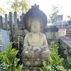 金戒光明寺の石仏 「五劫思惟阿弥陀如来坐像」  五劫思惟(ごこうしゆい)の阿弥陀仏は、通常の阿弥陀仏と違い頭髪(螺髪らほつ)がかぶさるような非常に大きな髪型が特徴です。 「無量寿経」によりますと、阿弥陀仏が法蔵菩薩の時、もろもろの衆生を救わんと五劫の間ただひたすら思惟をこらし四十八願をたて、修行をされ阿弥陀仏となられたとあり、五劫思惟された時のお姿をあらわしたものです。 五劫とは時の長さで一劫が五つということです。 一劫とは「四十里立方(約160km)の大岩に天女が三年(百年という説もある)に一度舞い降りて羽衣で撫で、その岩が無くなるまでの長い時間」のことで、五劫はさらにその5倍ということになります。 そのような気の遠くなるような長い時間、思惟をこらし修行をされた結果、髪の毛が伸びて渦高く螺髪を積み重ねた頭となられた様子を表したのが五劫思惟阿弥陀仏で、全国でも16体ほどしかみられないという珍しいお姿です。 落語の「寿限無寿限無、五劫のすり切れ」はここからきています。 金戒光明寺の五劫思惟阿弥陀仏は、特にめずらしく石で彫刻された石仏で、江戸時代中頃の制作と思われます。  #サント船長の写真 #京都 #銅像石像