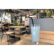 有楽町で偶然見つけたお洒落なカフェ。店内も広くて、都会的で、テラスもあって、こうゆうところは好きだ。micro FOOD&IDEA MARKETという名前。 フレッシュスムージーを飲みました。  #東京 #東京カフェ