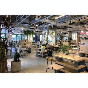 micro FOOD&IDEA MARKETの店内。パソコン作業をしている人の方が多い。  #東京 #東京カフェ