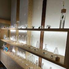 CuteGlass Shop and Gallery  大阪 北浜  透明ガラス瓶の専門店  大正14年頃に作られた「ウランガラス」の 貴重な瓶の展示
