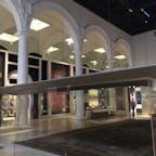ロンドン ヴィクトリア&アルバート博物館 イスラム関係の展示 ペルシャ美術の部屋には細密画や陶磁器や大きな絨毯があるが、よくもまあこれだけぶんどってきたものだと思う。