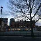 ロンドン テイト・ギャラリーを出た正面に見える建物 きれいなのでつい撮った 美術系の大学らしい