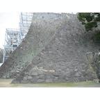 熊本城 二様の石垣(熊本市 , 熊本県)  2007年に訪問した熊本城。訪問時に一口城主になったことも思い出。 加藤清正公が改築し、同氏、細川氏などが城主として有名。  今日の一枚は、本丸御殿を増築するために積み足された石垣「二様の石垣」  向かって右側の石垣が加藤氏の時代に築かれた部分、左側が細川氏の時代に増築された部分。  前者のものは不揃いの石で勾配も緩やか、後者のものは同じような大きさの石が整然と積まれており、急勾配。 石積み技術の向上と、変化を見ることができる貴重な場所です。
