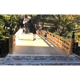 コオロギ橋(蟋蟀橋)  鶴仙渓に架かる総ヒノキ造りの風雅な橋です。四季を彩るその風情に、日本の情緒が感じられます。山中温泉を代表する名勝で、橋から眺める鶴仙渓は絶景です。 令和元年10月12日、新しい橋への架け替えが終わり新生こおろぎ橋がお目見えいたしました。  俺等が此処に来のは、令和元年10月頃です。つまり架け替え間なしですね。  #サント船長の写真 #全国橋巡り