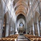 ロンドン サザーク大聖堂 イタリアの大聖堂を見慣れた目には無骨に映るし何となく重圧感がある。