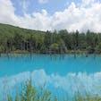 青い池  北海道 美瑛町  鮮やかなブルーに心惹かれる。 空さえ反射する景色。