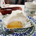 キッチンファームヤードは農場の野菜や果物を使ったオリジナルのケーキもおいしくて、これは長芋のシフォンケーキ。  ふわっふわのシフォンケーキの上に長芋餡が塗られていて、その上からさらにたっぷりの生クリームで包まれています。  スープスパイスでお腹パンパンになっても食べられる、さっぱりおいしいスイーツです。