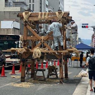 祇園祭り 「組み立て」 函谷鉾(かんこほこ) (一日目) 祇園祭りは7月1日から7月31日まで続く祭りです。 メインは7月17日の巡行です。  #サント船長の写真 #祇園祭り #京都