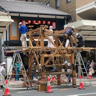 祇園祭り 「組み立て」 長刀鉾 (一日目) 2021年7月10日 京都・祇園祭 2年ぶり山鉾建てられます、コレは技術継承の為です。山鉾巡行は2年連続の中止です。 組み立ては「縄がらみ」と言う方法で釘は使わず、縄とクサビだけですね。 コレは山鉾全てにおいて、此の方法です。 私も10日から17日までは忙しいですね、しかし、今回の組み立ては来たら駄目ですよ!と言われて居ます、コロナウイルス対策ですが、俺等はワクチン接種済みです。  #サント船長の写真 #祇園祭り #京都