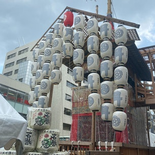 祇園祭り 月鉾 組み立て4日目完了 夜に山笠提灯に火が入ると気分はまさに祭りですね♪  #サント船長の写真 #祇園祭り #京都