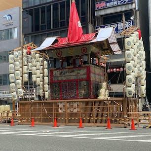 祇園祭り 函谷鉾 組み立て4日目 鉾が組み上がり、本来なら曳きぞめを行いますが、今回は中止です。  #サント船長の写真 #祇園祭り #京都