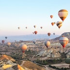 トルコ:カッパドキア 振り返れば1年半前に行ったこのトルコ以来、海外旅行に行けていない。コロナに翻弄されている感じですね。 この時のツアーには元々気球がついていなかったんですが、ツアーの有志がガイドと添乗員に交渉して乗ることができたんです。天気にも恵まれて本当に素敵な遊覧でした。懐かしの旅フォト①