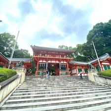 祇園祭り 八坂神社 八坂神社には二つの楼門が有ります、南楼門と、西楼門です、此の楼門は西ですが、南楼門が正面になります。 しかし17日は此の西楼門の前に三基の神輿は集まります。  #サント船長の写真 #祇園祭り #京都 #祇園石段下 #神社仏閣