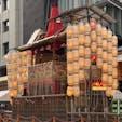 祇園祭り 長刀鉾 7月15日 宵宵山 俺等は京都人で暮らす所は下京区です、鉾の有る所も下京区です。バス停留所から鉾は見えていて、歩いて行ける距離ですが、市バスは高齢者は無料パスが有りますので、バスで行きます。降りる所は四条西洞院です、目の前に、月鉾が有ります。 写真の鉾は長刀鉾ですが良いですね♪山笠提灯に火が入るとね🤗  #サント船長の写真 #祇園祭り #京都