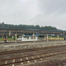 日本最古の防風林(野辺地) 野辺地駅のホームの後に西側に2kmにわたって続く約700本の杉林。明治26年に、日本初の林学博士である本多静六氏の進言で誕生したこの杉林は、豪雪地である町の線路を守るために植林された日本初の防雪林で、鉄道記念物に指定されています。  #サント船長の写真 #下北半島 #日本最古