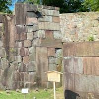 日本でここにしかない、色短冊積みの石垣が見たくて来ました。