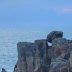 白浜三段壁 一夜で現れた岩、 岩壁の上に有るのはサドンロックです。なるほど感じは不自然な岩ですね。  #サント船長の写真 #和歌山県 #サドンロック
