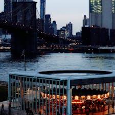 New York / Brooklyn エンパイア・ストアーズ(Empire Stores) ブルックリンにあるショッピングストアからの眺め。名物メリーゴーラウンド「Jane's Carousel」と、ブルックリンブリッジ。 #newyork #brooklyn #janescarousel