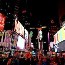 New York / Manhattan Times Square マンハッタンのタイムズスクエアには、2021年8/23から9/12まで、期間限定で観覧車が設置されます!毎日正午から深夜まで、12分間の乗車が可能。以前、タイムズスクエアにあった「トイザらス」内にも、高さ20mくらいの大きな観覧車がありましたが、世界一の自撮りスポットのタイムズスクエアに、高さ約34mの観覧車が設置されるとは驚きです! #newyork #manhattan #timessquare